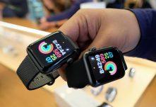 Apple Watch 3 je realitou. Aj keď sa oňom hovorilo málo, nakoniec Apple svoju už vporadí štvrtú generáciu ukázal apredstavil. Áno je to už štvrtá generácia, pretože ako začiatok bol Apple Watch 0 apotom nasledovali ďalšie. No ato najpodstatnejšie je samozrejme výkon, použité technológie anové funkcie. Keďže sa dizajn nezmenil, musí Apple vsadiť na niečo iné. Atým má byť LTE konektivita, aj keď bez nutnosti mať vtele hodiniek SIM kartu. Celý fígeľ tkvie vtom, že si Apple poradí abude svoje prístupy na sieť riešiť cez eSIM. Tá má byť budúcnosťou aj unás, aj keď najbližšie testovanie, oktorom viem, prebehlo vČechách. Teda bez nej si plný potenciál najvyššieho radu neužijete, aj keď by mala ostať zachovaná stále možnosť pripojiť hodinky na iPhone azdieľať jeho dáta. No to nepotrebuje potom zákazník kupovať nový Apple Watch 3 spodporou pre LTE, pretože sa jeho kúzlo vytráca. Byť iba dostupný na hodinkách, bez telefónu, to je hlavný potenciál.  No atáto myšlienka ma napadla ako hlavná. Je vôbec reálne, aby zákazníci Apple vymieňali alebo skôr obmedzovali používanie iOS zariadení na úkor nových Apple Watch? Zrejme nie, na veľkom displeji sa teší obľube Intsgram, Twitter atiež YouTube. To isté sa nedá povedať omalom štvorcom telíčku hodiniek, kde si toho moc nepozriete. Čiže využitie acieľ kúpy sa musí hľadať inde. No dnešní zákazníci sú na kooperáciu stelefónom zvyknutý. Atváriť sa ako Michael Knight arozprávať do hodiniek, no uvidíme ako budú zákazníci na tento Apple trend reagovať. Podľa mňa to zvýšenie predaja neprinesie aApple Watch budú stále okrajovou záležitosťou, kupovanou skôr na šport alebo preto, že dokážu spolupracovať sniektorým iOS zariadením.